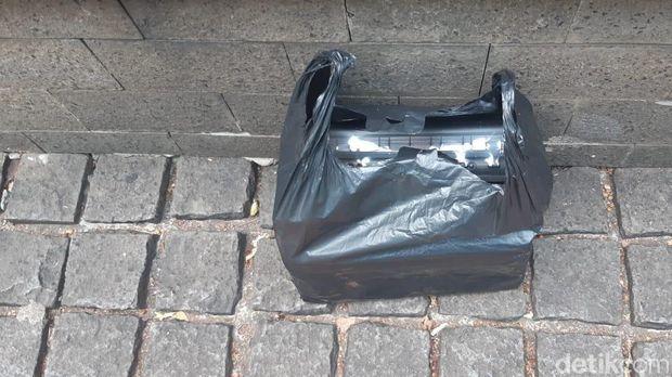 Temuan plastik hitam mencurigakan di depan Kemenko Perekonomian, Senin (20/5/2019)
