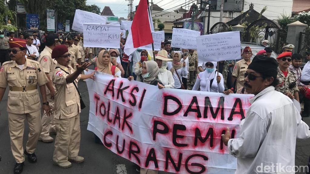Protes Kinerja, Pendukung Prabowo-Sandi Demo KPU Jember