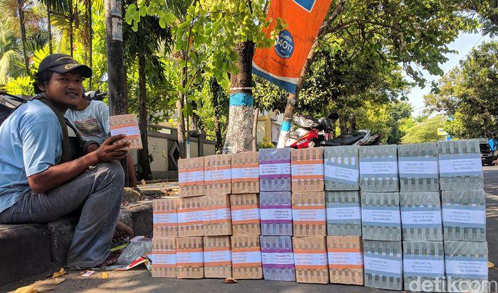 Jasa penukaran uang pecahan jadi salah satu yang paling dicari menjelang lebaran. Sejumlah warga pun mulai menjajakan jasa penukaran uang di jalan-jalan Kota Lamongan, Jawa Timur, Senin (20/5/2019).