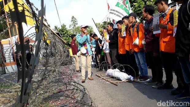 Aksi mahasiswa di depan KPU Surakarta.