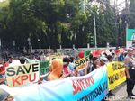 Sejumlah Massa Demo di Depan KPU, Minta Hasil Pemilu Dihormati