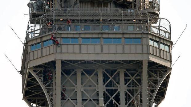 Petugas pemadam Paris berupaya membujuk pria yang panjat Menara Eiffel