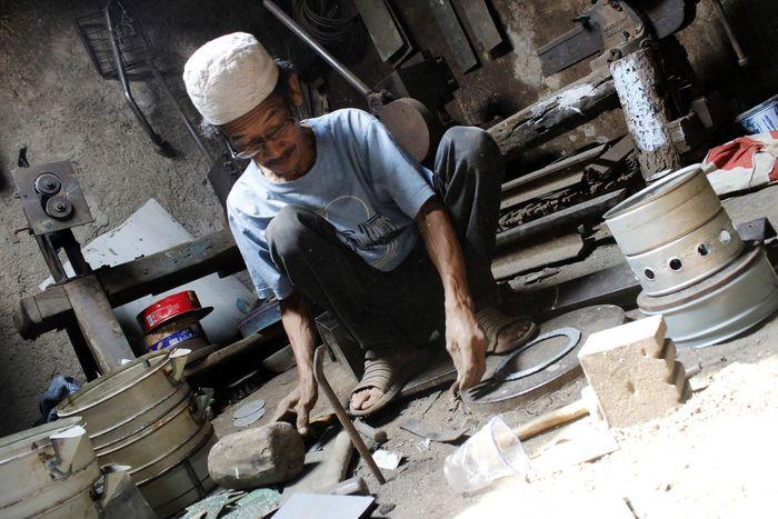 Kebijakan pemerintah dalam mengonversi penggunaan minyak tanah ke gas elpiji membuat usaha pembuatan kompor minyak gulung tikar. Kendati begitu, di antara puing-puing bisnis tersebut, masih ada Kurdi (69) yang masih bertahan membuat kompor minyak hingga kini.