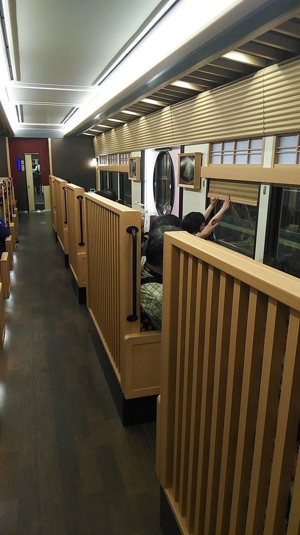 Kereta dengan interior unik itu hadir untuk melayani Hankyu Railway yang menghubungkan Kyoto dan Osaka terhitung Maret 2019 (Twitter)