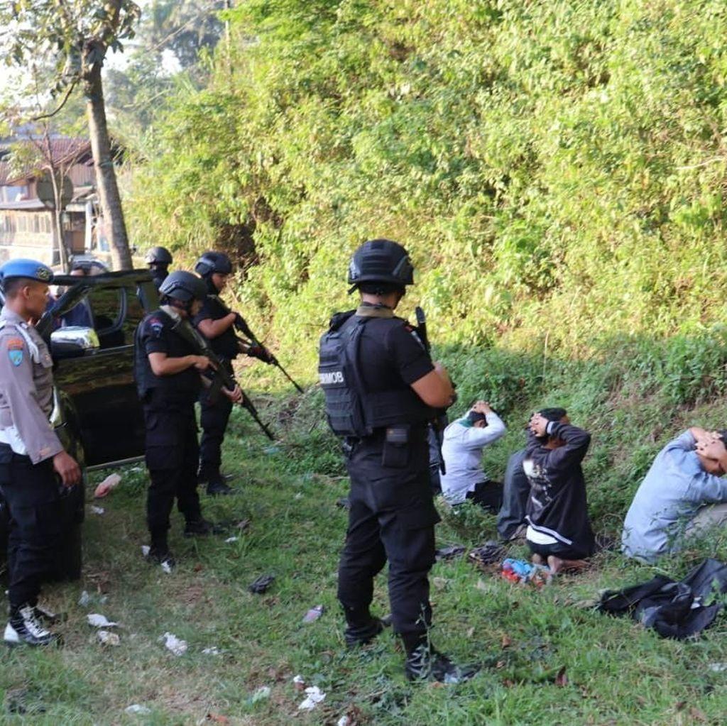 Aparat Amankan Senjata Tajam dari Lima Terduga Teroris di Garut