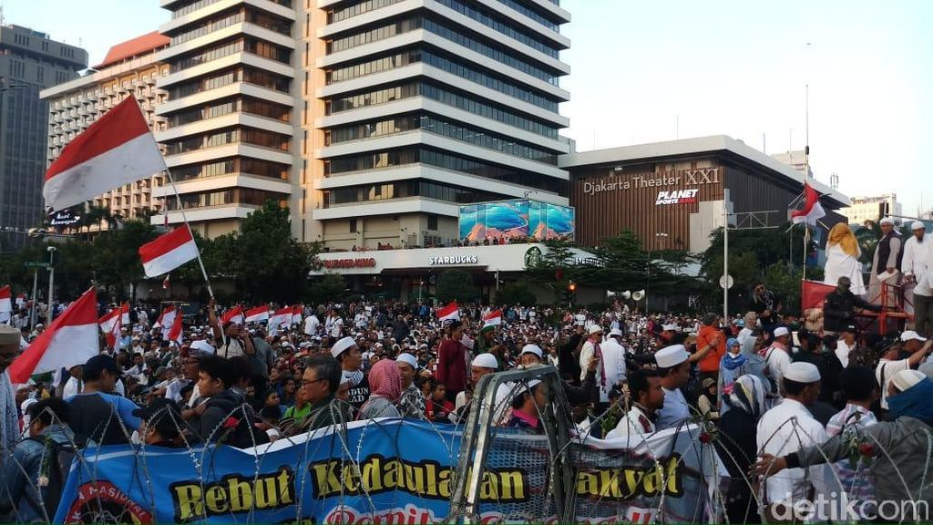 Titiek Soeharto Temui Massa Aksi di Depan Bawaslu