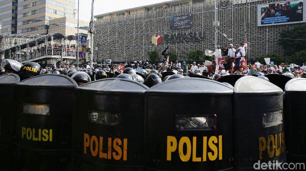 Rusuh di Flyover Slipi! Massa Lempar Batu ke Polisi