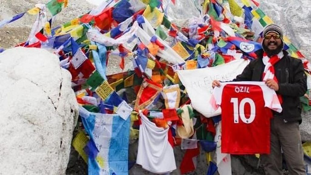 Ozil Senang, Jerseynya Sampai Everest