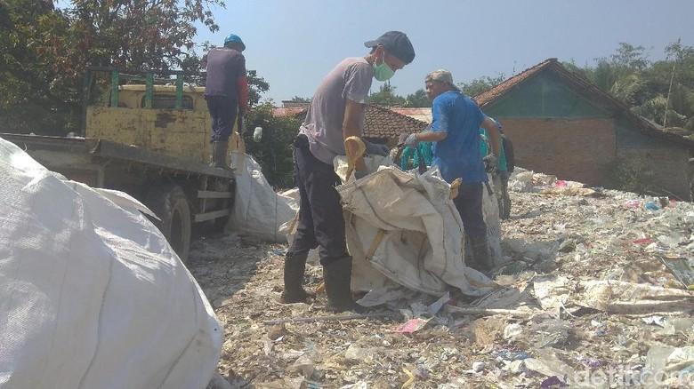 Mengais Rezeki dari Sampah Dolar di Pabrik yang Cemari Lingkungan
