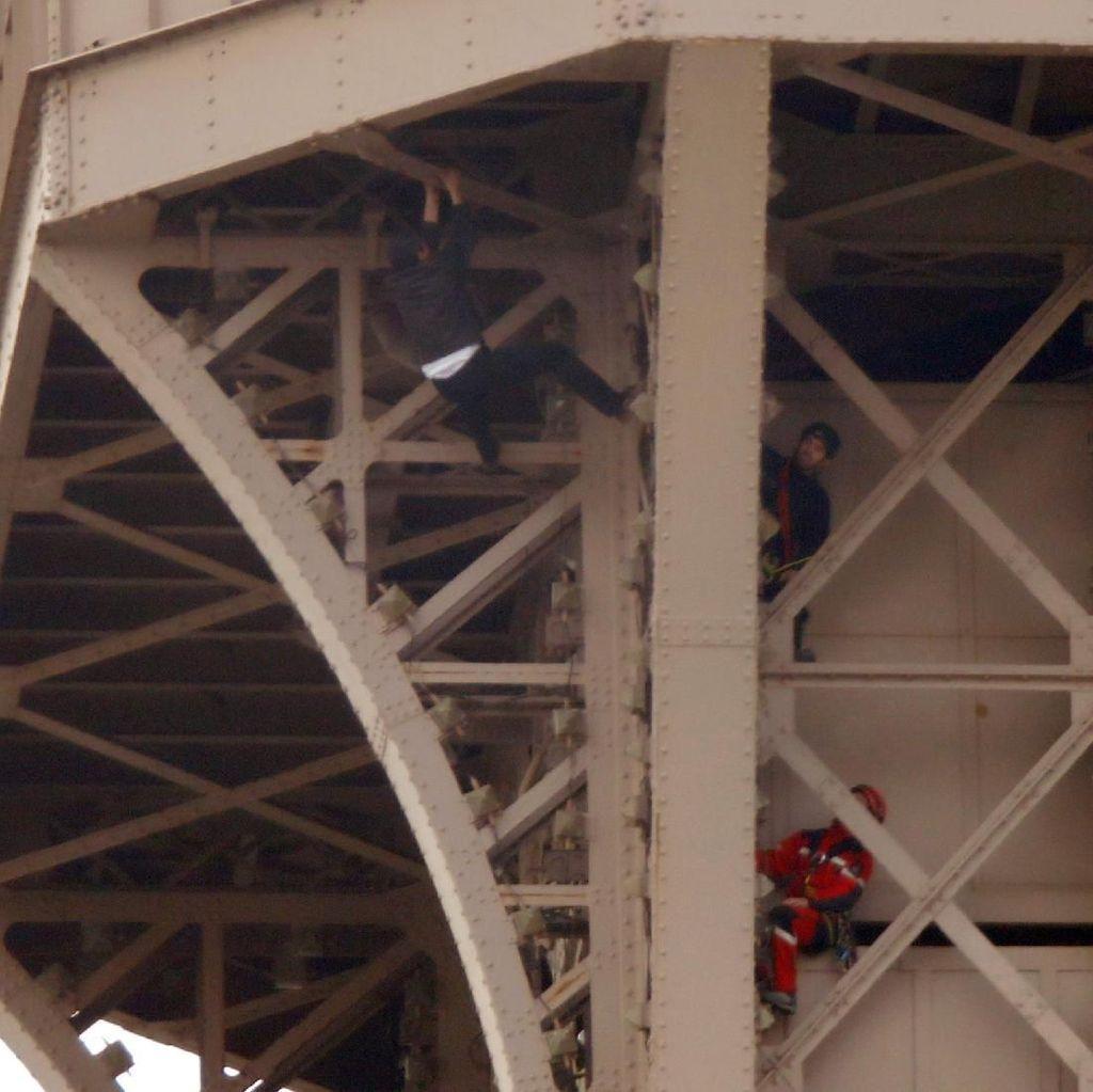 Seorang Pria Panjat Menara Eiffel, Pengunjung Terjebak Berjam-jam