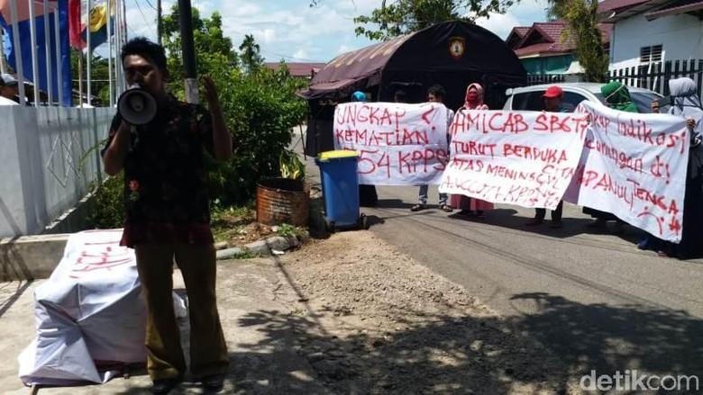 Massa Bawa Keranda ke KPU Tapteng, Minta Kuburan Petugas KPPS Dibongkar