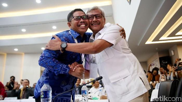 TKN dan BPN saling berpelukan usai penetapan pilpres. Foto: Rachman Haryanto