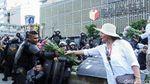 Aksi Emak-emak Bagikan Bunga ke Polisi di Depan Bawaslu