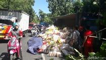Truk Muat Beras Terguling di Banyuwangi, Kemacetan Hingga 3 Km