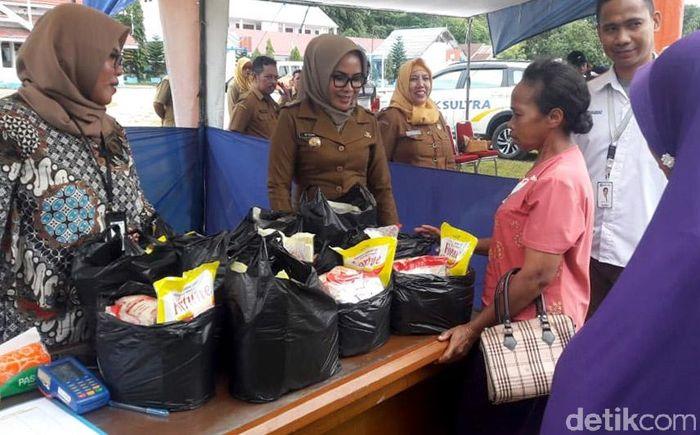 Pemerintah Kabupaten Buton, Sulawesi Tenggara, menggelar pasar murah di Kelurahan Pasar Wajo, Kecamatan Pasar Wajo, Kabupaten Buton, Sulawesi Tenggara (Sultra), Selasa (21/5/2019).