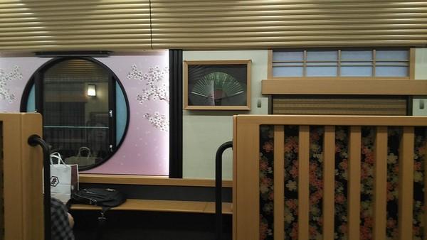 Sejumlah partisi kayu yang mmeisahkan ruangan di dalam kereta kian membuat interior makin menyerupai ryokan. Rasanya sulit dipercaya kalau ini ada di dalam gerbong kereta (Twitter)