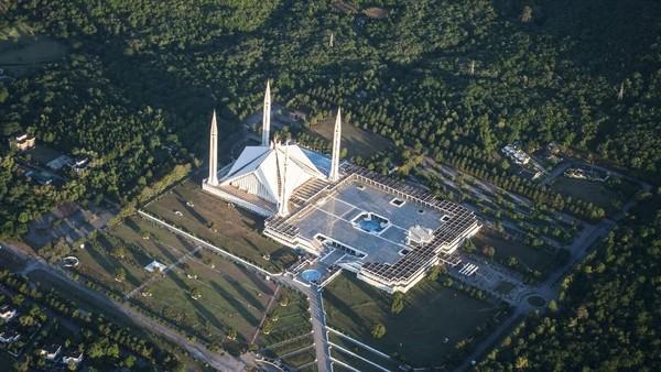 Dalam rancangan, arsitek membayangkan bentuk Kakbah dengan menempatkan empat menara di sekeliling bangunan utama masjid. (Dok. Wikipedia)