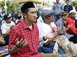 Demo Berhenti Sejenak, Massa Salat Berjemaah di Depan Bawaslu