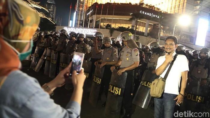 Berfoto dengan latar belakang petugas keamanan (Foto: Pradita Utama)