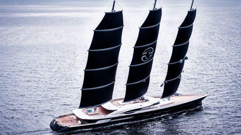 Kapal pesiar Black Pearl meraih penghargaan utama World Superyacht Awards 2019. Ada tiga layar hitam yang terlihat ikonik dan dapat dibentangkan semuanya hanya dalam tujuh menit (CNN)