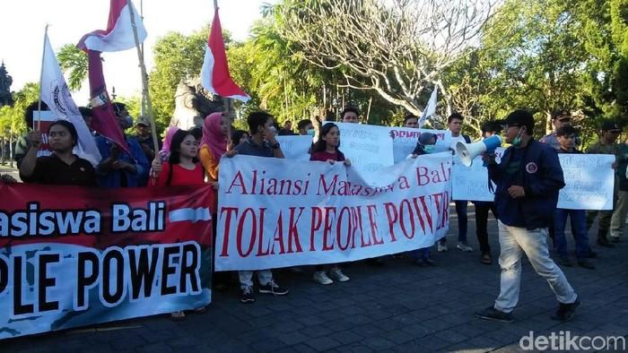 Foto: Aliansi Mahasiswa Bali demo tolak people power. (Aditya Mardiastuti-detikcom)