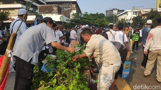 Massa 'Gerakan Kedaulatan Rakyat' Salat Berjemaah di Depan Bawaslu
