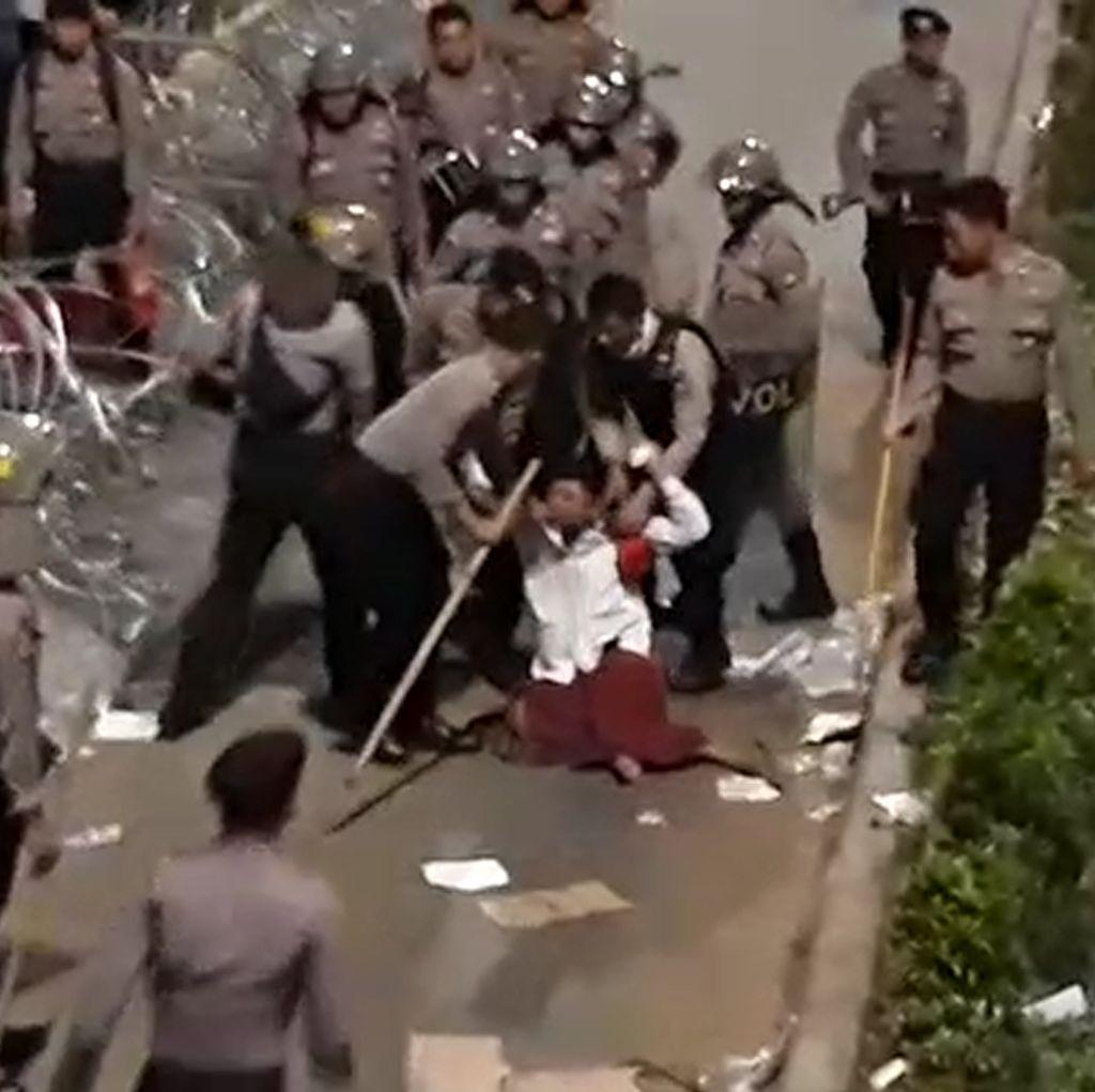 Ricuh! Detik-detik Penangkapan Demonstran di Depan Bawaslu