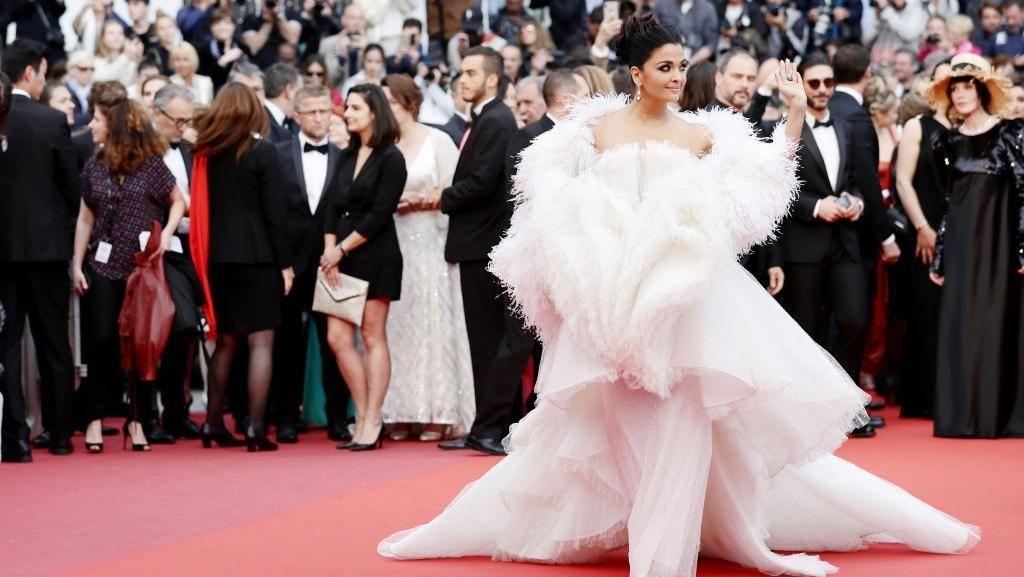 Adu Gaya Artis Bollywood Pakai Gaun Heboh di Cannes Film Festival