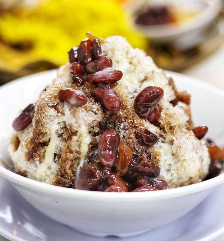 Es asal Manado ini bisa masuk ke dalam daftar sajian es berbuka puasa. Kacang merahnya direndam semalaman agak empuk. Enak dipadu dengan es dan susu cokelat. Foto: Instagram@ursandnic