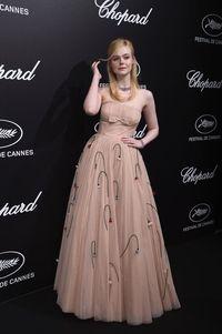 Baju Terlalu Ketat Bikin Aktris Muda Ini Pingsan di Cannes Film Festival