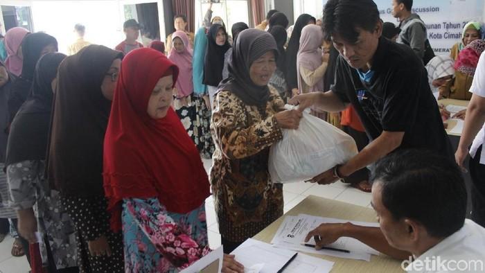 Warga antre membeli paket sembako murah di Cimahi. (Foto: Yudha Maulana/detikcom)