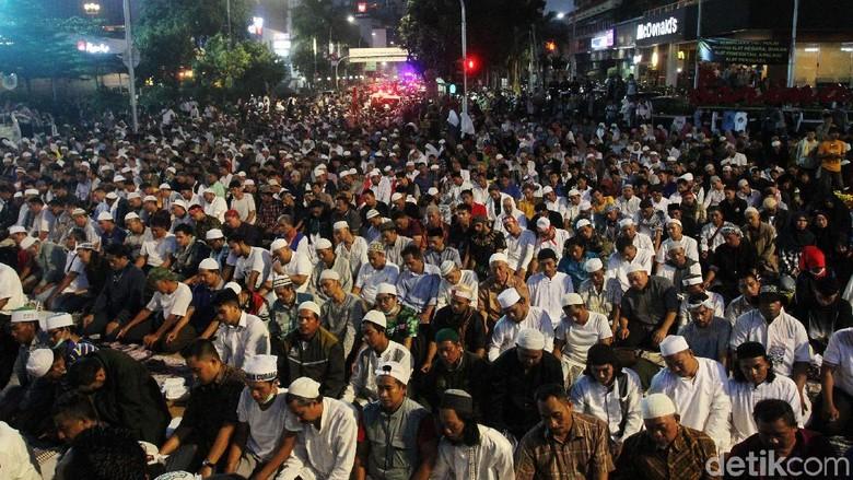 Hingga Magrib, Massa masih Bertahan di Depan Bawaslu