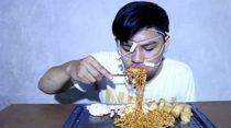 Kocaknya Youtuber yang Mukbang ASMR Low Budget Pakai Headset