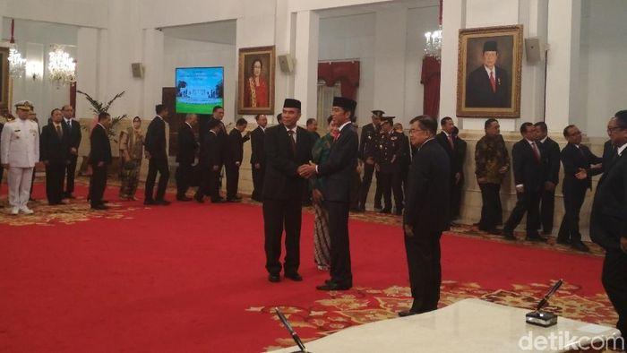 Foto: Presiden Jokowi melantik Hinsa Siburian sebagai Kepala BSSN. (Hendra Kusuma/detikcom)