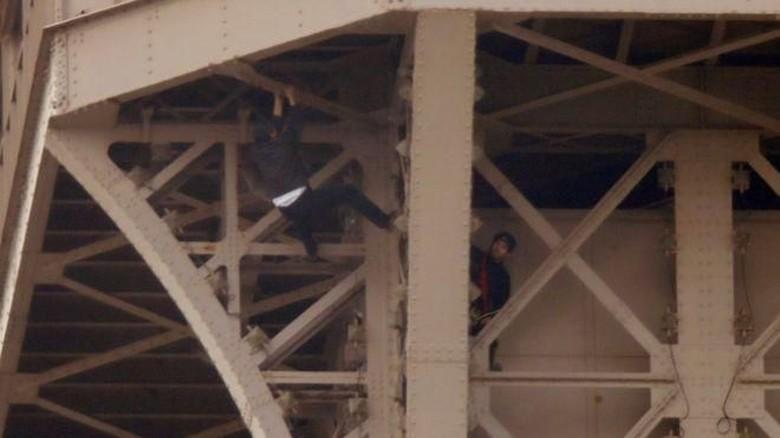 Pria misterius memanjat Menara Eiffel (Reuters)