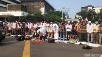 Massa Gerakan Kedaulatan Rakyat Salat Berjemaah di Depan Bawaslu