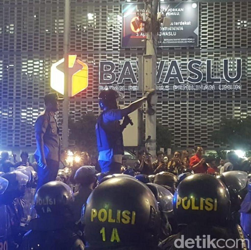 Tarawih Usai, Polisi Minta Massa yang Demo di Depan Bawaslu Bubar