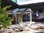 Pedagang Pasar Kosambi Mengais Barang yang Selamat dari Puing Kebakaran
