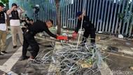 Penampakan Kawat Berduri Dirusak Massa di Demo Bawaslu