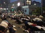 Massa Pendemo Salat Magrib dan Buka Puasa Bersama di Jalan Depan Bawaslu