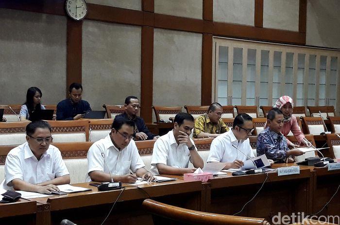 Direksi Garuda Indonesia hadir dalam rapat dengar pendapat (RDP) bersama Komisi VI DPR dipimpin Dirut Ari Ashkara bersama Deputi Bidang Usaha Jasa Keuangan, Jasa Survei dan Konsultan Kementerian BUMN Gatot Trihargo.