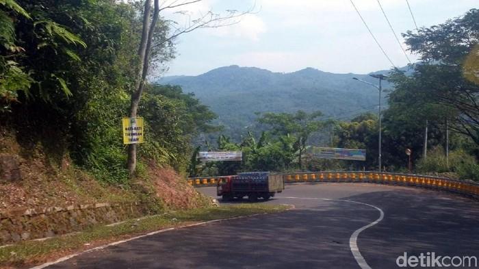 Jalur rawan kecelakaan Cikidang-Palabuhanratu, Kabupaten Sukabumi. (Foto: Syahdan Alamsyah/detikcom)