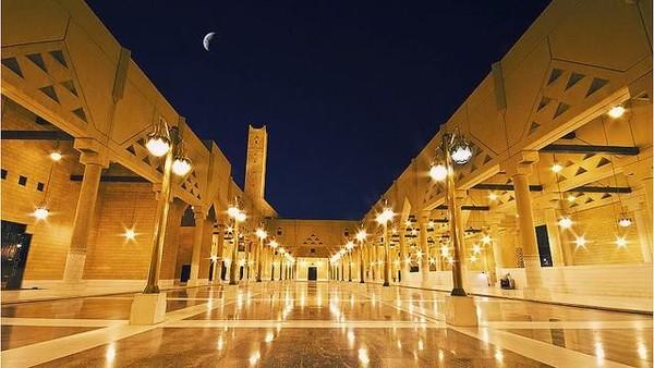 Pada tahun 1969, kompetisi rancangan masjid ini digelar dan diikuti arsitek dari berbagai negara. Nah, pemenangnya bernama Vedat yang berasal dari Turki. (Dok. www.atlasobscura.com.)