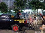 Kawat Barrier di Depan Bawaslu yang Dirusak Diangkut Polisi