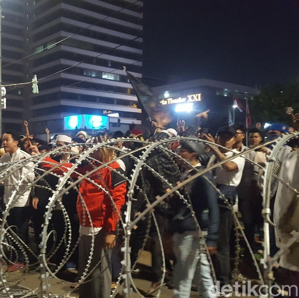Masih Ada Massa Bertahan di Depan Bawaslu, Teriakan Yel-yel