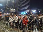 Masih Ada Massa Bertahan di Depan Bawaslu, Teriakkan Yel-yel