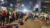 Video Massa Pro Prabowo Bukber dan Salat di Jalan Depan Bawaslu
