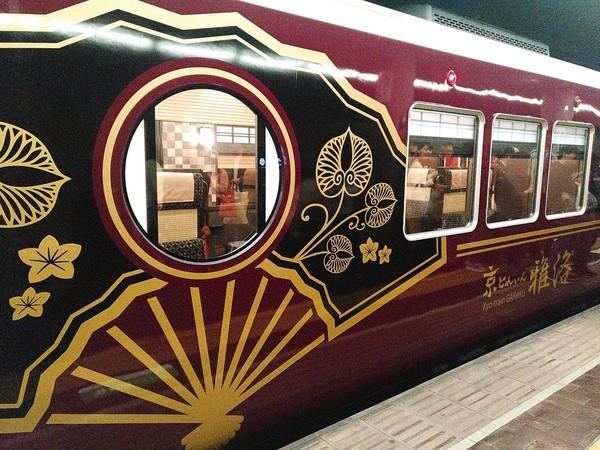 Kereta Kyotrain Garaku beroperasi setiap weekend dan tanggal merah. Dapat dikenali lewat eksteriornya yang bercorak hitam dan emas (Twitter)
