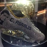 Kapan lagi, lihat koleksi sepatu-sepatu Ronaldo sedekat ini? (Instagram/museucr7funchal)
