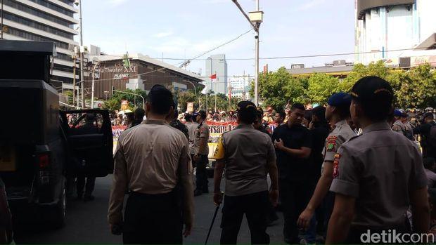 Kapolda Metro Temui Massa yang Demo di Depan Bawaslu